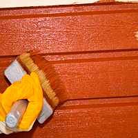 Грунтовка и окраска дощатых стен акрилатной краской